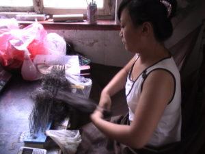 黙々と作業をする工場の女性