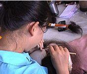かつらの植毛作業