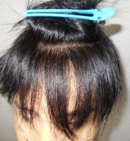 ヘアクリップで髪の毛を分ける